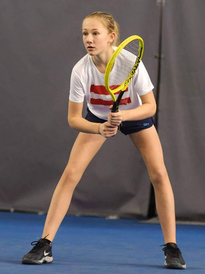Leonie Rabl beim Tennis Spielen
